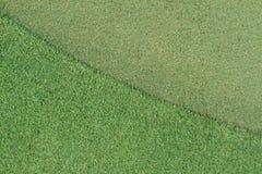 Bola de golfe no verde imagens de stock