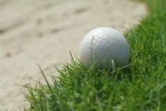 Bola de golfe no verde fotos de stock