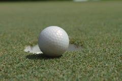 Bola de golfe no verde fotografia de stock