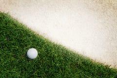 Bola de golfe no verde imagem de stock royalty free