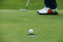 Bola de golfe próxima acima no verde em coures do golfe em Tailândia Imagem de Stock Royalty Free