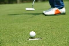 Bola de golfe próxima acima no verde em coures do golfe em Tailândia Fotos de Stock