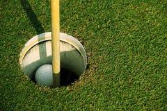 Bola de golfe próxima acima no verde em coures do golfe em Tailândia Imagem de Stock