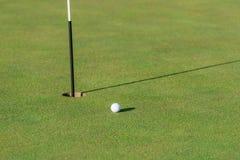 Bola de golfe, verde e pino Fotos de Stock Royalty Free