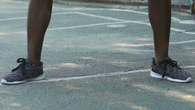 Bola de goteo del entrenamiento del deportista, jugando a baloncesto en la tierra de deportes, lento-MES metrajes
