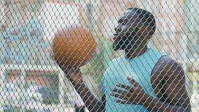 Bola de jogo encarcerada do homem negro sob a supervisão, esportes na prisão, exercício video estoque