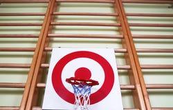 Bola de la cesta y tablero de la blanco del tiroteo Foto de archivo