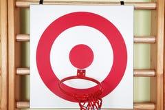 Bola de la cesta y tablero de la blanco del tiroteo Fotos de archivo libres de regalías