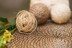 Bola de la cuerda Brown, materia textil beige decoración Imágenes de archivo libres de regalías