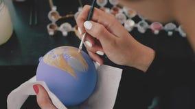 Bola de la decoración del Año Nuevo Pintura femenina en bola del Año Nuevo Bola pintada a mano del Año Nuevo, retrato del perro e almacen de metraje de vídeo