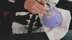 Bola de la decoración del Año Nuevo Pintura femenina en bola del Año Nuevo Bola pintada a mano del Año Nuevo, retrato del perro e metrajes