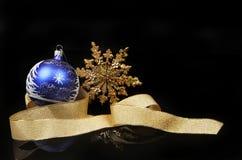 Bola de la estrella y decoración de la cinta Foto de archivo