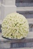 Bola de la flor de la pieza central de las rosas blancas Fotos de archivo libres de regalías