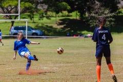 Bola de la huelga de la muchacha del fútbol del fútbol Fotografía de archivo libre de regalías