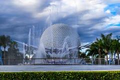 Bola de la montaña del vehículo espacial del centro de Disney Epcot a través de la fuente de agua Imagenes de archivo