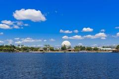 Bola de la montaña del vehículo espacial del centro de Disney Epcot a través del lago Fotos de archivo