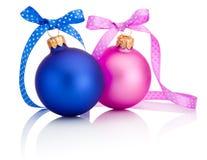 Bola de la Navidad azul y rosada con el arco de la cinta aislado en blanco Imagenes de archivo