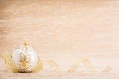 Bola de la Navidad blanca con la cinta Foto de archivo