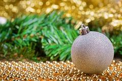 Bola de la Navidad blanca en gotas amarillas Imagen de archivo