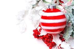 Bola de la Navidad con acebo de las bayas Imagen de archivo