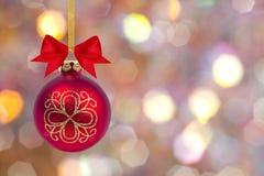 Bola de la Navidad con el arco y la cinta Imágenes de archivo libres de regalías