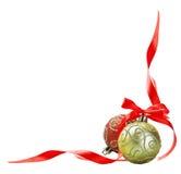Bola de la Navidad con el arqueamiento rojo Imagen de archivo