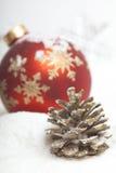 Bola de la Navidad con el arqueamiento rojo Foto de archivo