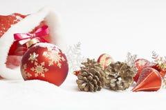 Bola de la Navidad con el arqueamiento rojo Imagenes de archivo