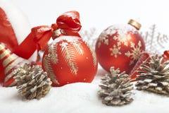 Bola de la Navidad con el arqueamiento rojo Fotografía de archivo libre de regalías