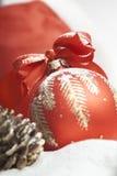 Bola de la Navidad con el arqueamiento rojo Fotos de archivo libres de regalías