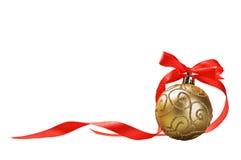 Bola de la Navidad con el arqueamiento y la cinta rojos Foto de archivo