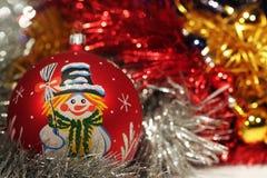 Bola de la Navidad con el gráfico del muñeco de nieve Imágenes de archivo libres de regalías