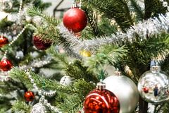 Bola de la Navidad con en la decoración del árbol de pino fotos de archivo