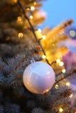 Bola de la Navidad con las luces de la guirnalda Foto de archivo