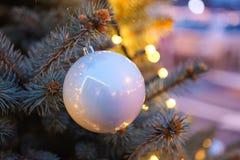 Bola de la Navidad con las luces de la guirnalda Fotos de archivo libres de regalías