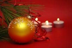 Bola de la Navidad con las velas Imágenes de archivo libres de regalías
