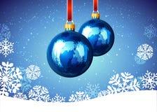 Bola de la Navidad con los copos de nieve en fondo azul Foto de archivo libre de regalías