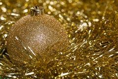 Bola de la Navidad con malla amarilla Fotos de archivo