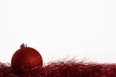 Bola de la Navidad con malla roja Imagen de archivo
