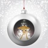 Bola de la Navidad con resplandor mágico y ciervos en el fondo nevoso ilustración del vector