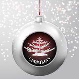 Bola de la Navidad con un abeto dentro en el fondo nevoso del polluelo ilustración del vector