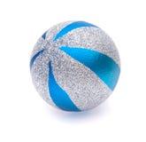bola de la Navidad de la Azul-plata Imágenes de archivo libres de regalías