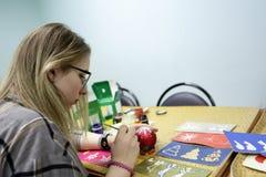 Bola de la Navidad de la pintura del adolescente Imagenes de archivo