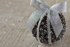 Bola de la Navidad de Pinecone imagen de archivo