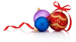 Bola de la Navidad de tres decoraciones con el arco de la cinta aislado en whi Imágenes de archivo libres de regalías
