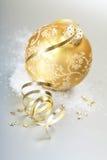 Bola de la Navidad del oro Foto de archivo