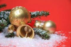 Bola de la Navidad del oro Imagenes de archivo