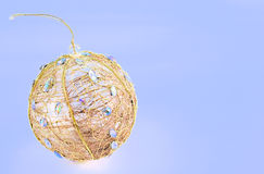 Bola de la Navidad del oro imágenes de archivo libres de regalías