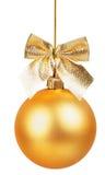 Bola de la Navidad del oro con el arco de oro Fotos de archivo