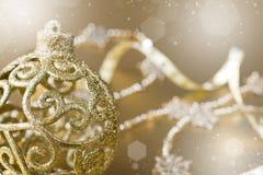 Bola de la Navidad del oro. efecto del bokeh Foto de archivo